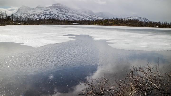 En liten åpen råk ved inoset på det største vannet, og noen små gliper ved land. Forhåpentligvis isfritt om en drøy uke om værmeldingen slår til med varme temperaturer.