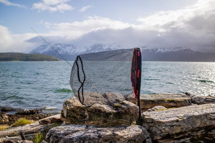 Romslig håv er nødvendig om en skal ha plass til fisk over 2 kilo. Og når den fungerer som vindpølse, da får fluestanga ligge urørt.