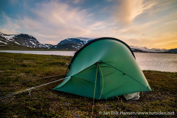 Etterhvert blåser det opp, slik at jeg må feste på noen ekstra barduner for å holde teltet på bakken.