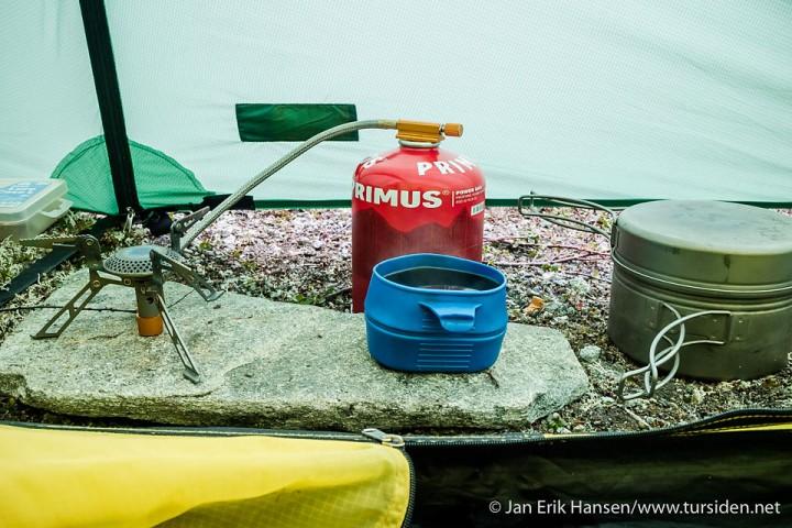 Kaffepause i teltet for å vurdere turen videre.