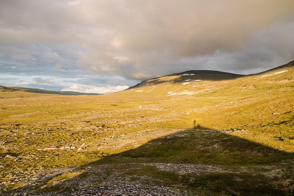 Med lave rolige topper og mye morenegrus byr ikke terrenget i Reisa nasjonalpark på mange utfordringer. For å få litt oversikt tok jeg pause på toppen av en grushaug i kveldssola.