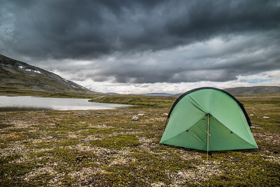 Mørke skyer melder sin ankomst etter at teltet er satt opp i Reisa Nasjonalpark. Telt: Terra Nova Laser Competition 2