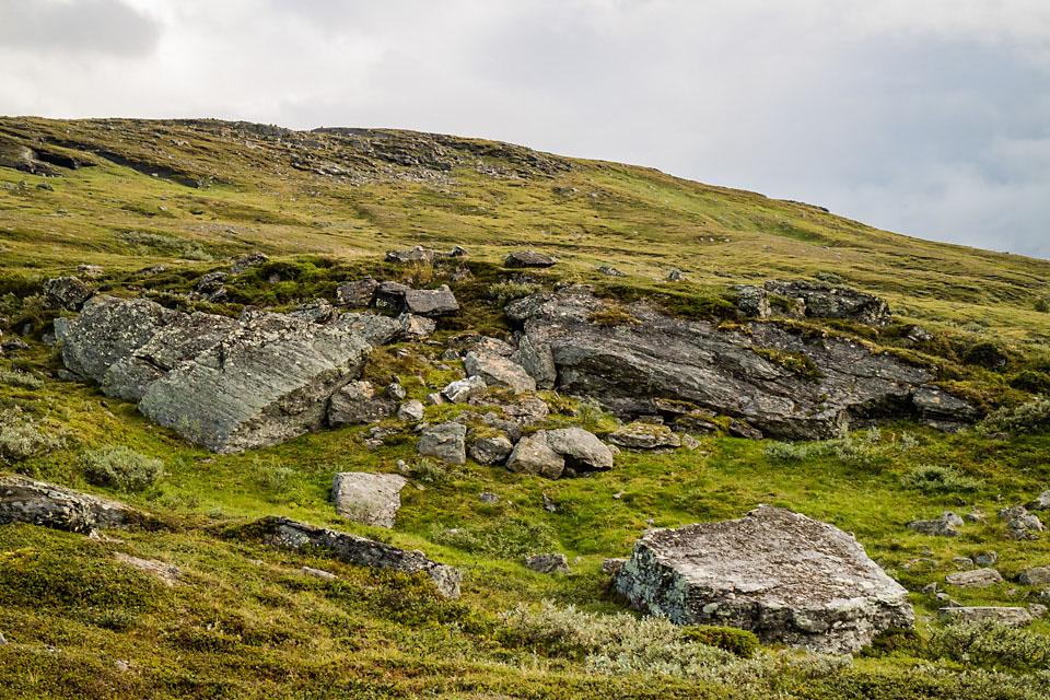 Et sted inne mellom steinene her gjemte jerven seg.