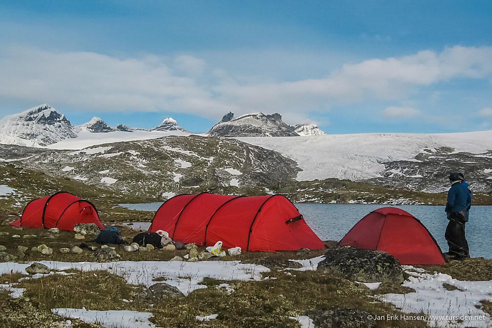 Camp Hilleberg på Sognefjellet, med utsikt til Smørstabbreen. Fra tur med Bachelor Friluftsliv i Sogndal. Telt: Hilleberg Unna, Keron 4 GT og Nallo 2 GT.