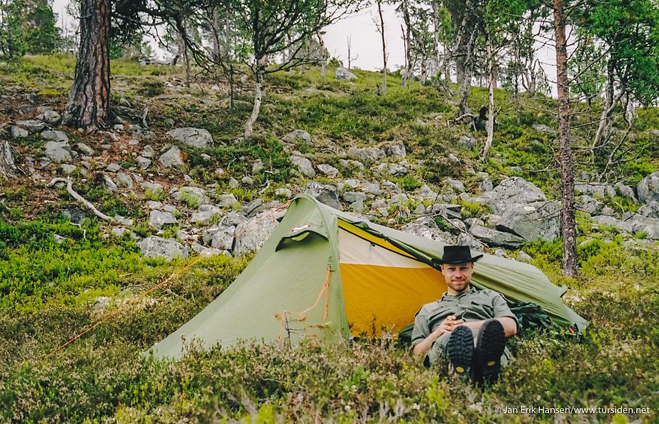 Fra en av de mange turene i Femundsmarka. Teltet er et Helsport Stetind 2 jeg brukte på soloturer i mange år. Til slutt hadde teltduken strekt seg så mye at det piplet inn vann gjennom sømmer og innerteltet hang slapt ned over soveposen.