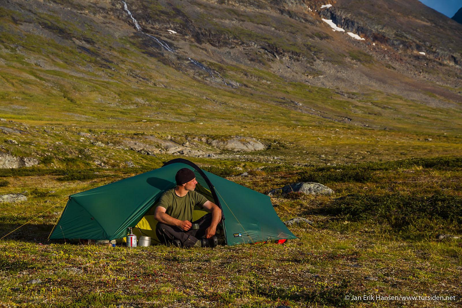 Ettermiddagskaffe utenfor teltet etter en lang dag langs Kungsleden. Telt: Terra Nova Laser Competition 2