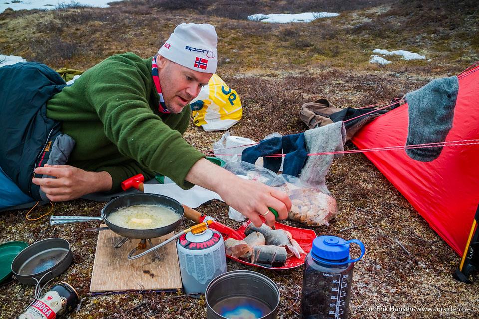 Cato fisker røyemiddagen utenfor teltet ved Garasjavri. Telt: Hilleberg Kaitum 2 GT