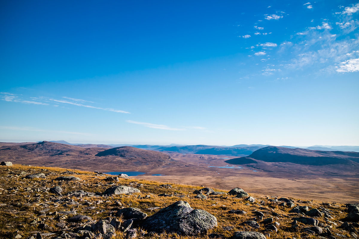 Fjellene i Indre-Troms virker endeløse når en står i høyden og ser blåne etter blåne..