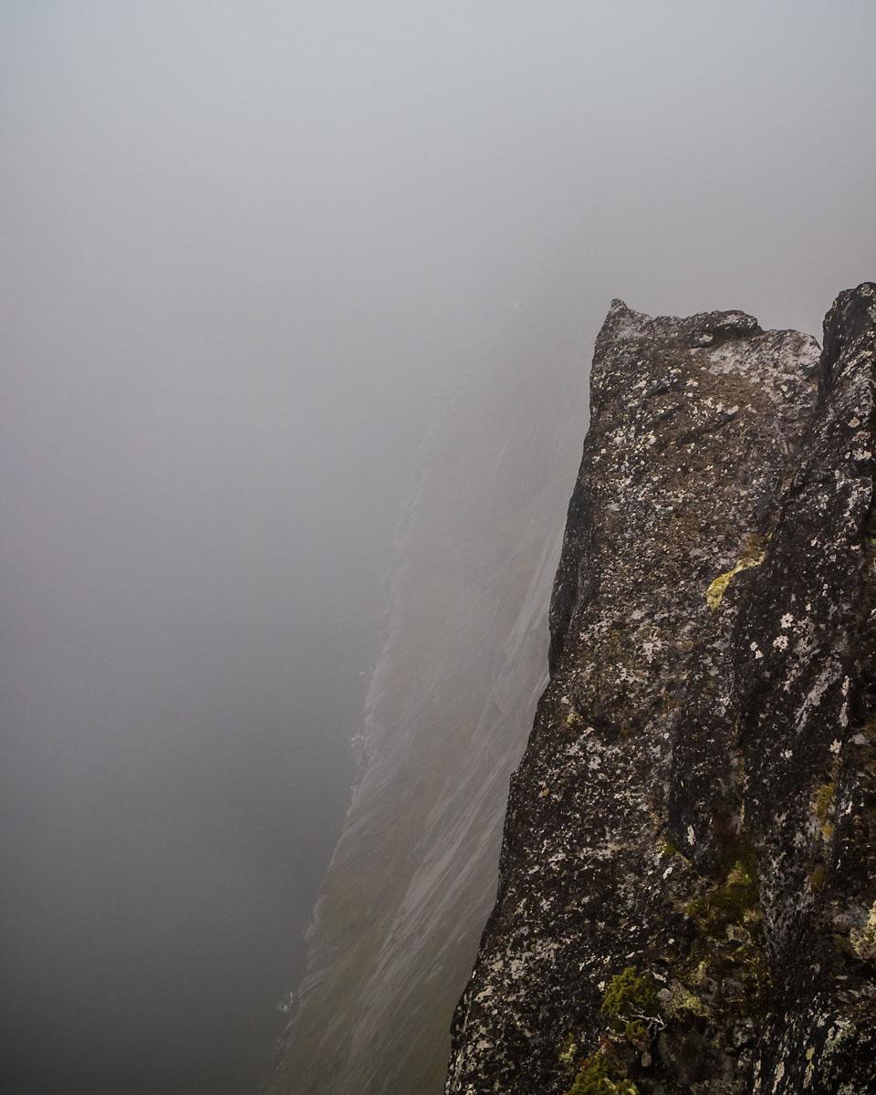 Mefjorden skimtes så vidt 639 meter lenger ned. gjennom et tynt skyslør.