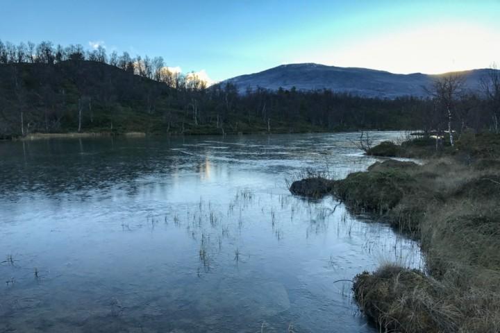 Etter tre uker med barfrost har isen begynt å legge seg på vannene.