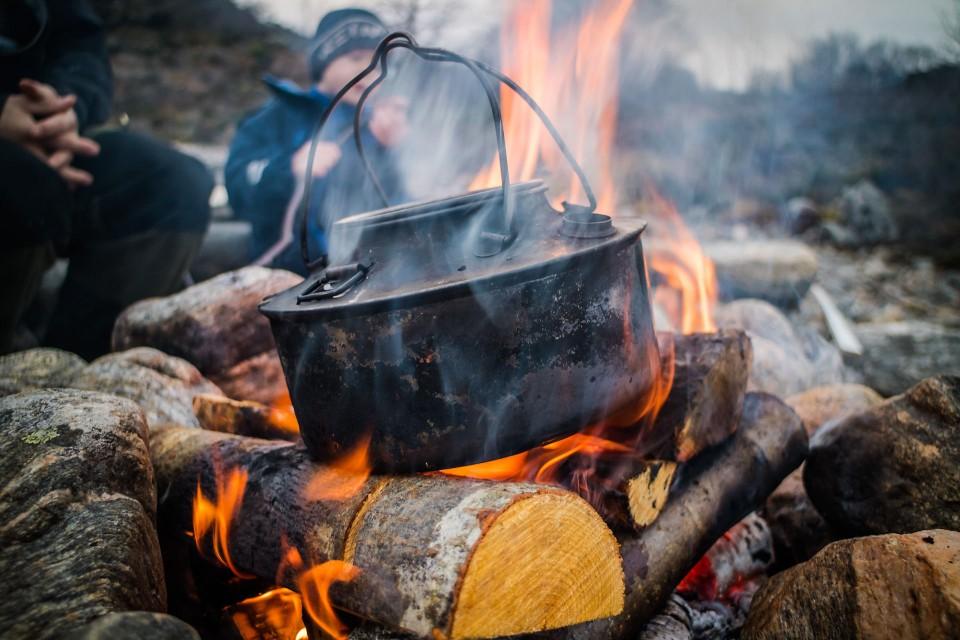 Bål, pølsegriling og kaffe fra svartkjelen hører med til en tur i fjæra