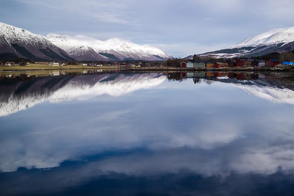 Speilblank fjord