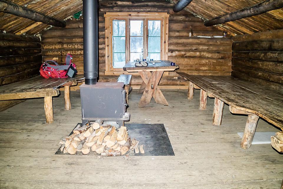 De tidligere besøkende har forlatt Fossbua slik at det er trivelig for neste gjest. Rikelig med ved klar for å fyre opp ovnen, ryddig koie og gulvet er feiet.