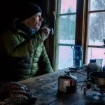 En kopp kaffe ved vinduet før ejg snur og går tilbake til bilen.