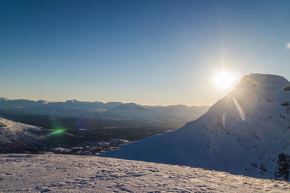 Lav sol som er på vei bak Hattavarre.