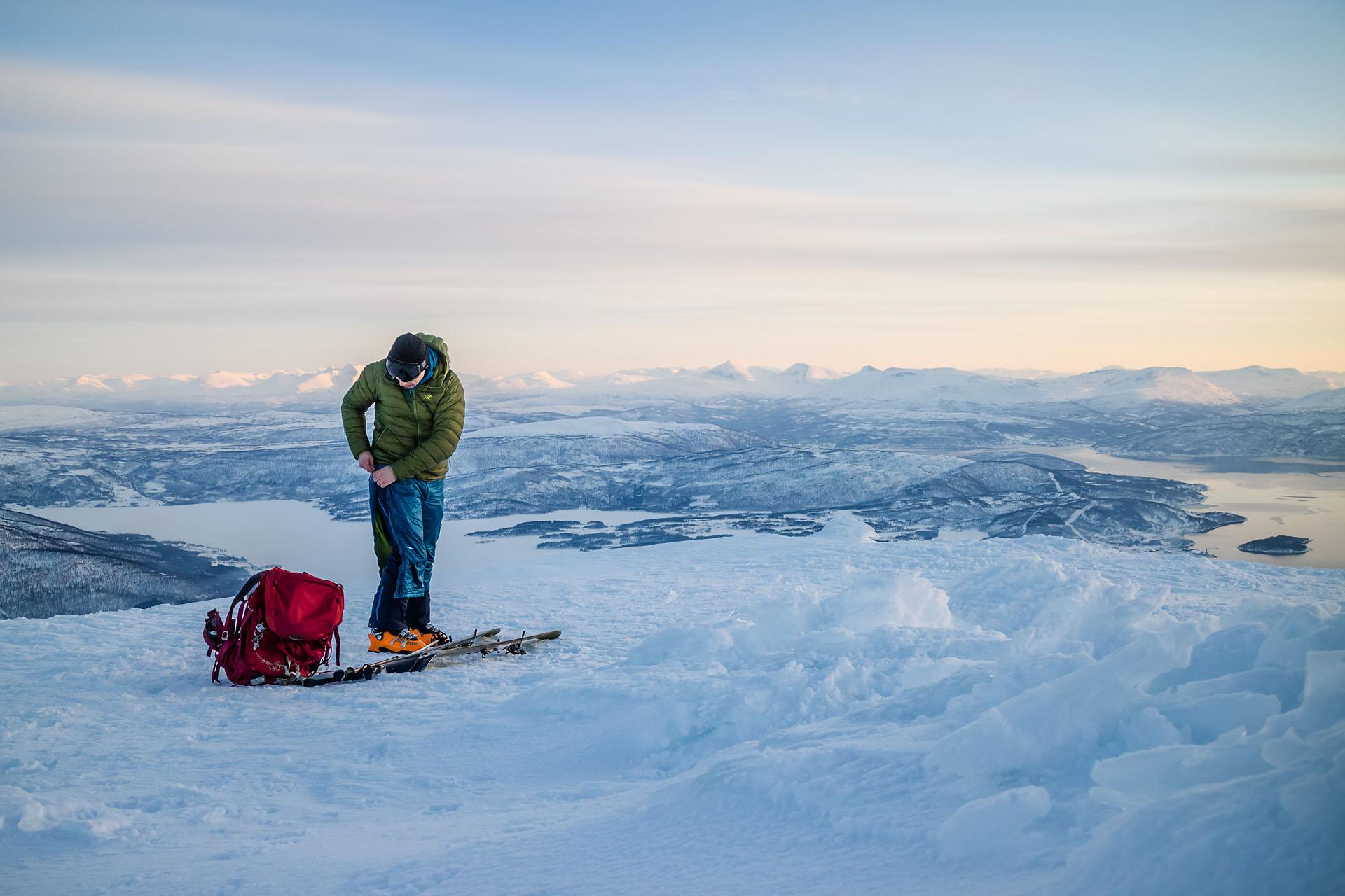 Kaldt på toppen, så både dunjakke og varmebukse måtte på under pausen.