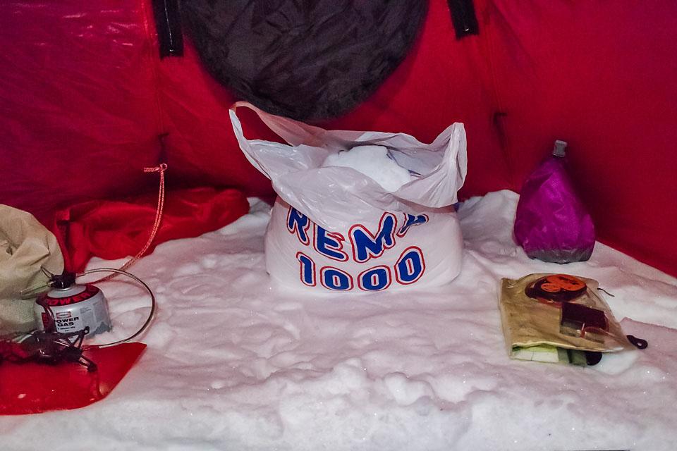 Et av de enkleste turtriksene i boka: Fyll en plastpose med snø, så trenger en ikke gå ut hver gang en skal fylle kjelen og smelte snø.