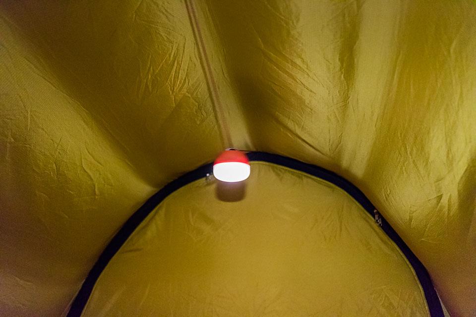 BD Moji som taklampe i teltet.