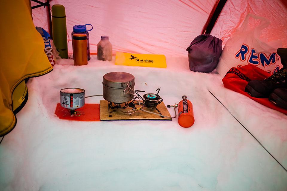Arbeidsgrop, kjøkkenhylle, og teltorden. Jeg hadde også med Gassbrenneren for å prøve hvordan det fungerer med gass i flytende modus på vinteren. Med -12 på morgenen fungerte det greit, så gassbrenneren ble brukt til snøsmelting og koking, mens bensinbrenneren stod for trivselstemperatur i teltet.