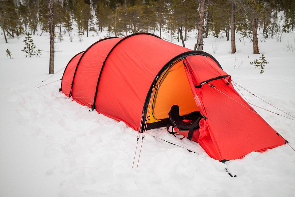 """Teltet satt opp. Det er luksus med romslig telt og to innganger. Sekken blir plassert i """"boden på baksiden""""."""